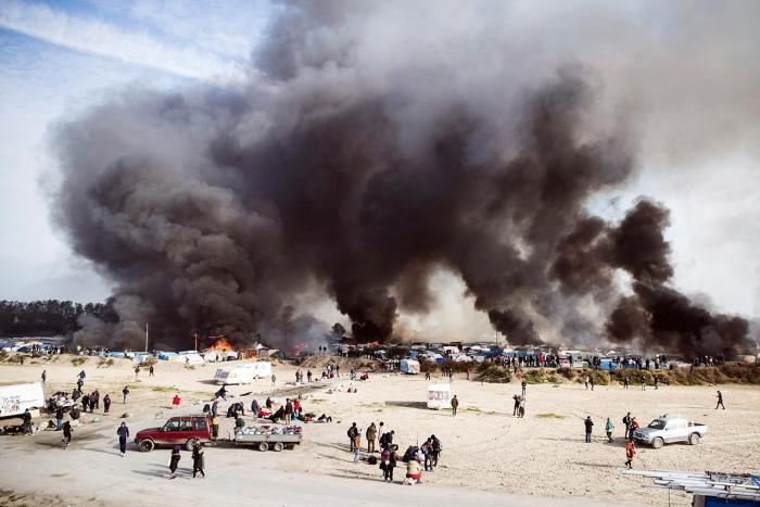 Пожар в лагере мигрантов в Кале, Франция, 26 октября Фото: Etienne Laurent / EPA / LETA