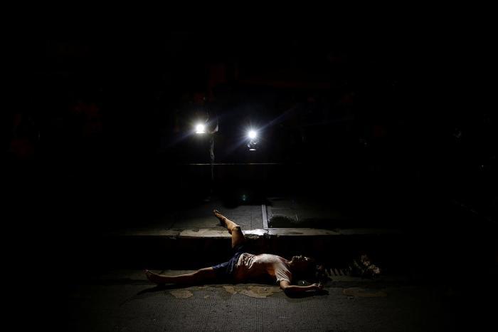 Труп неизвестного мужчины, обнаруженный в Маниле (Филиппины). Кадр сделан через несколько недель после того, как на Филиппинах создали секретные отряды полицейских для убийства наркоторговцев — они должны без суда убивать тех, кто причастен к торговле наркотиками. 24 октября Фото: Damir Sagolj / Reuters / Scanpix / LETA
