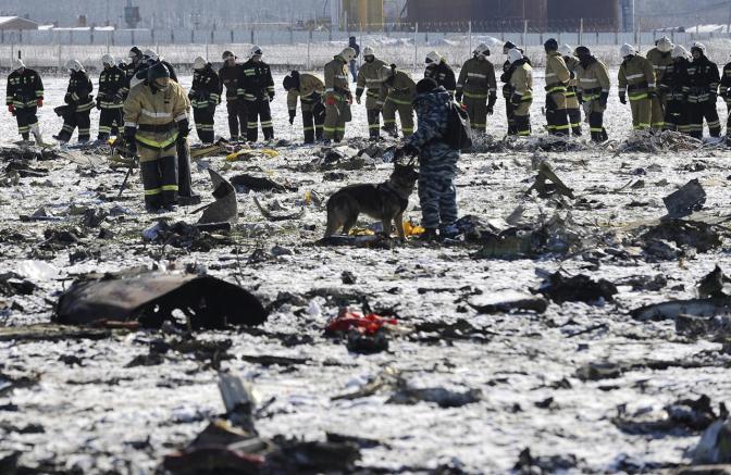 Сотрудники полиции и МЧС России осматривают место крушения Боинга-737 в Ростове-на-Дону, 29 марта Фото: AP / Scanpix / LETA
