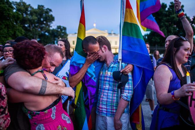 ЛГБТ-активисты на акции памяти жертв теракта в США, где преступник ворвался в гей-клуб и застрелил 50 человек. Орландо, 12 июня Фото: Jim Lo Scalzo / EPA / LETA