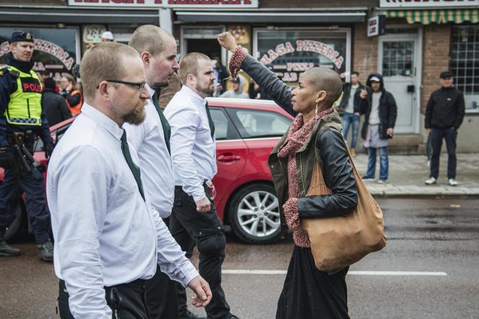Женщина протестует против акции нацисткой организации Nordiska Motståndsrörelsen в Швеции, 1 мая Фото: David Lagerlof / Expo / Scanpix / LETA