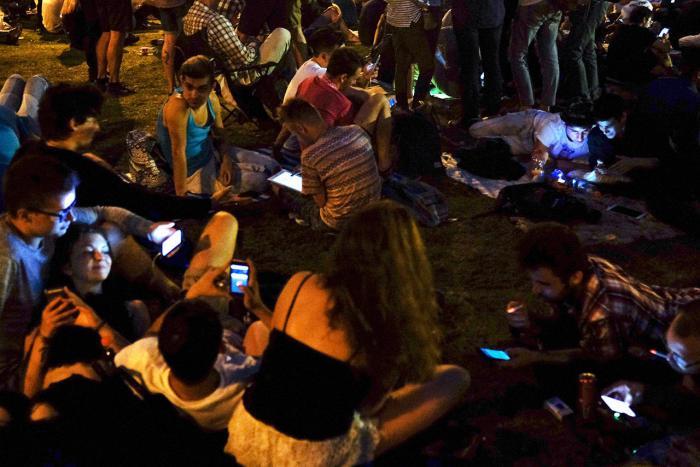 Москвичи играют в Pokemon Go в Ильинском сквере, 27 июля Фото: Михаил Терещенко / ТАСС / Scanpix / LETA