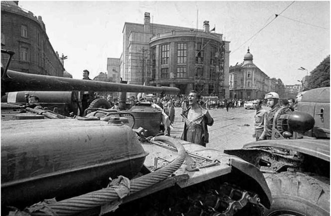 Fotka Paľa Bielika - muž pred tankom v roku 1968