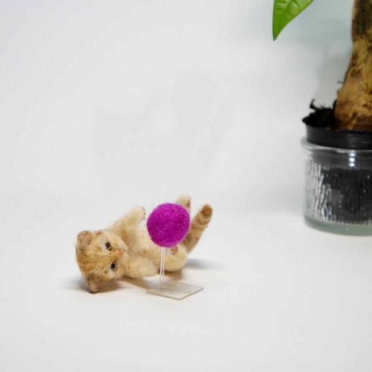 羊毛フェルト 玉遊びするネコさん
