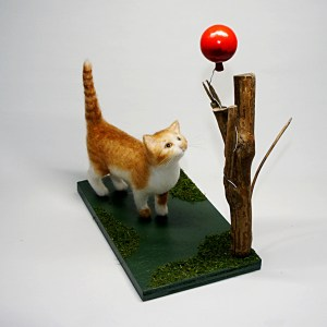 羊毛フェルト 風船を見上げるネコ