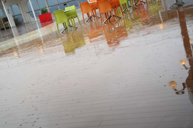 Regen prasselt aufs Deck.