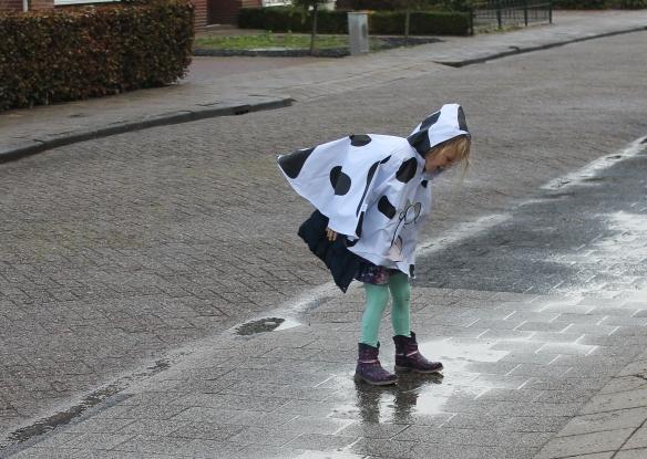 buitenspelen in de regen
