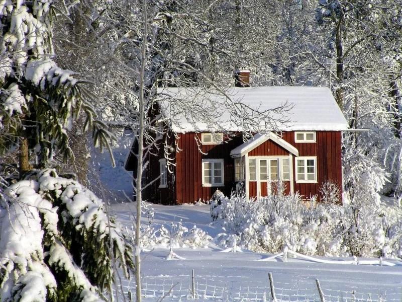 Schweden Holzhaus im Winter