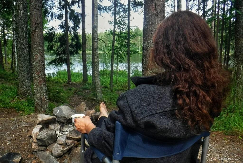 Frau mit Kaffee beim Campingurlaub