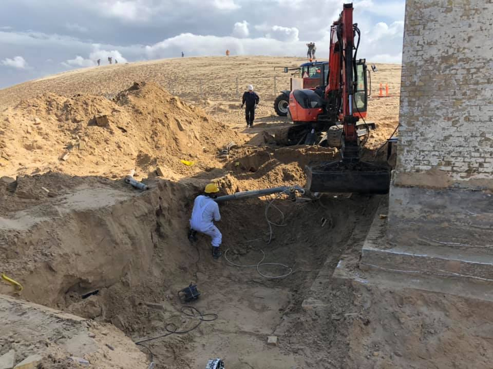 Bauarbeiter am Fuß des Turms - Bild (c) Lønstrup Tourismusverband