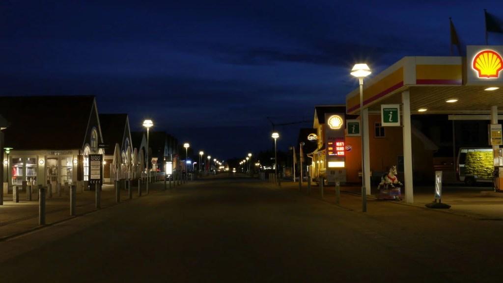 Einkaufsstraße von Blåvand bei Nacht