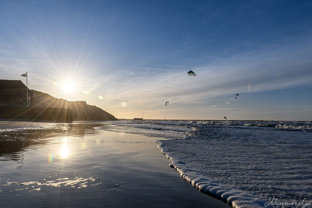 Løkken - Strand im Januar - Blick zur Mole mit Kitesurfern