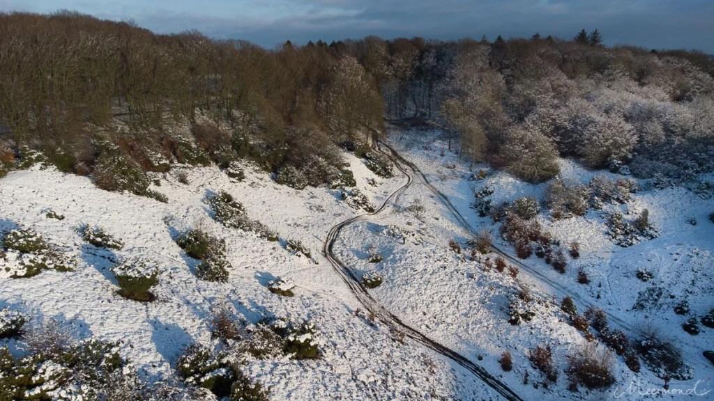 Drohnenfoto einer dänischen Schneelandschaft