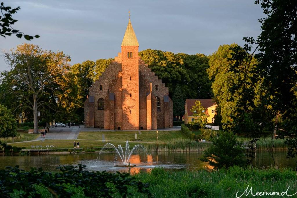 Die Abendsonne leuchtet auf die Domkirche von Maribo