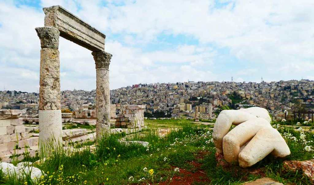 The-citadel-in-Amman-with-giant-fallen-hand-and-columns-optimised