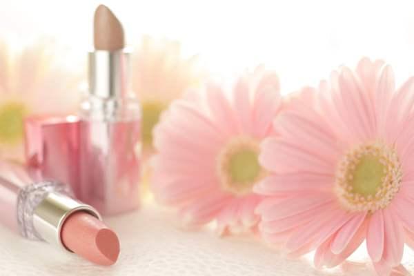 造花と化粧品の写真レイアウト