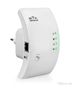 amplificador y repetidor de wifi color blanco