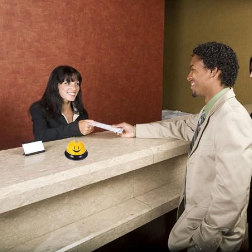 Timbre de recepción para hotel carita feliz color amarillo en el hotel mega bahía