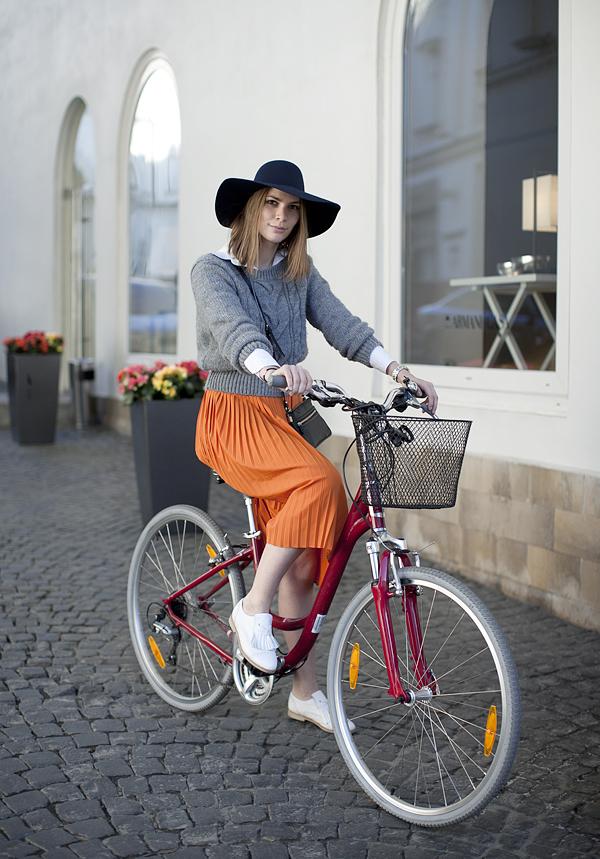 Moscow's Bike Riding Fashionistas :: Alena Chendler