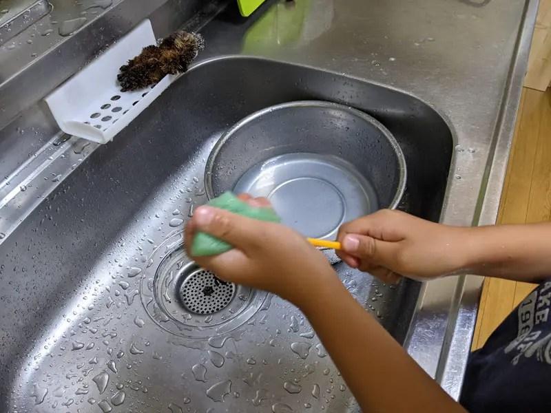 箸を洗うむすこ