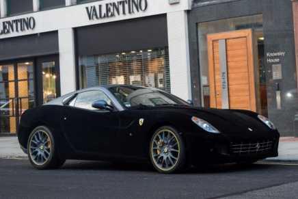 Londres Se Enloquece Con Este Hermoso Ferrari 559 ¡Forrado En Terciopelo Negro!
