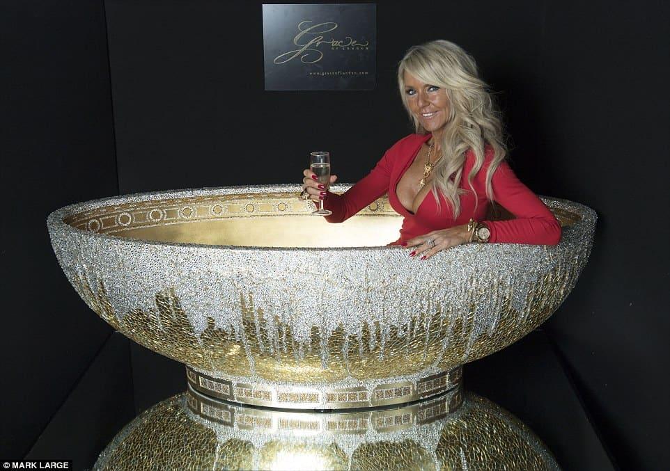 """Bañada en ORO de 24 quilates y adornada con 250.000 CRISTALES, esta bañera """"única en su tipo"""" te costará $124.000"""