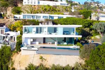 Admira esta espectacular súper mansión sobre una colina en Los Ángeles
