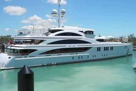 Vea a este lujoso súper yate de $73 millones saliendo de la marina en Bahamas