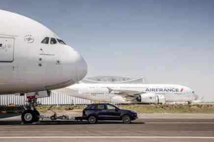 ¡DAVID vs GOLIAT! Porsche Cayenne logró Récord Guinness al arrastrar un Airbus 380