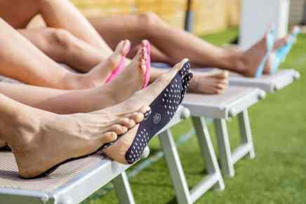 ¡Adiós chancletas! Las suelas adhesivas 'Nakefit' son resistentes al agua, a prueba de cortadas y te protegen los pies del calor