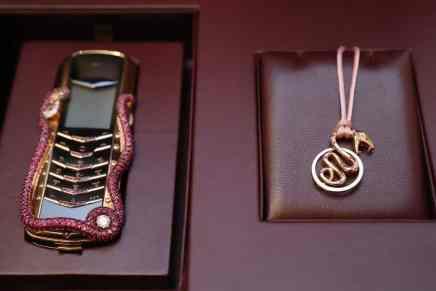 VERTU y Boucheron crearon un celular de $360.000 con diamantes y rubíes