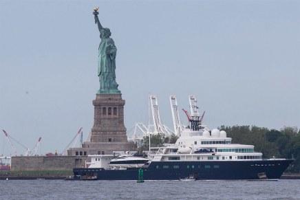Billonario magnate petrolero Eugene Shvidler hace enfadar a los turistas por estacionar su enorme mega yate en frente de la Estatua de la Libertad