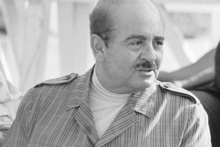 """La verdadera historia de Adnan Khashoggi, el billonario traficante de armas que gastaba $1,5 MILLONES semanales y además tenía una colección de 11 """"esposas del placer"""""""