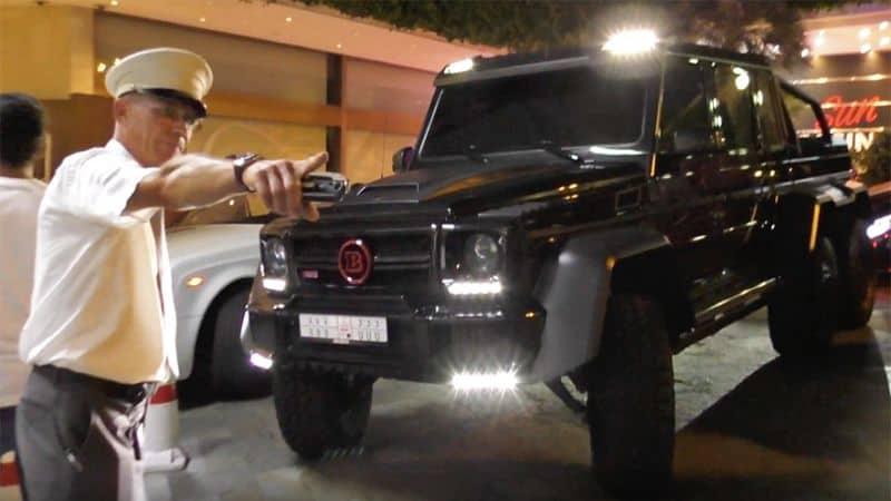 Este Valet en Mónaco no deja parquearse a esta BRABUS-Mercedes G-Wagen 6×6 de $700,000 por la sencilla razón que es muy GRANDE
