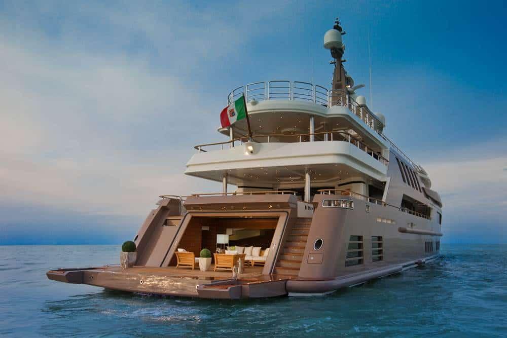 J'ADE: La embarcación más espectacular del mundo, viene con piscina en la cubierta, un acuario y el primer GARAJE FLOTANTE en un gigayate