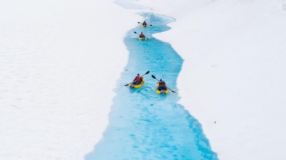 ¡INCREÍBLE! Esta excursión en helicóptero en Canadá te lleva a recorrer los glaciares en kayak