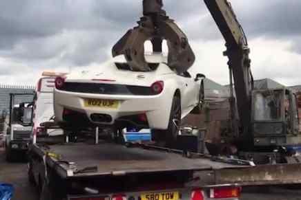 La policía destroza un Ferrari 458 Spider de $280.000 confiscado a un fraudulento empresario