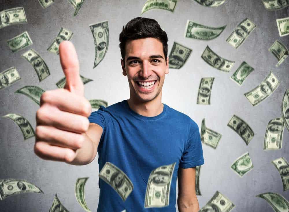 Lloviendo dinero en un joven