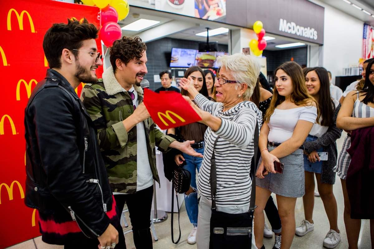 McDonald's se une con los hermanos Mau y Ricky para sorprender a familias hispanas con los nuevos Triple Breakfast Stacks