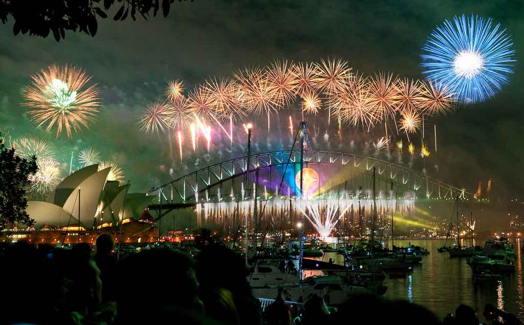 Fuegos artificiales esperando el año nuevo en Sydney Harbour Bridge & Opera House.