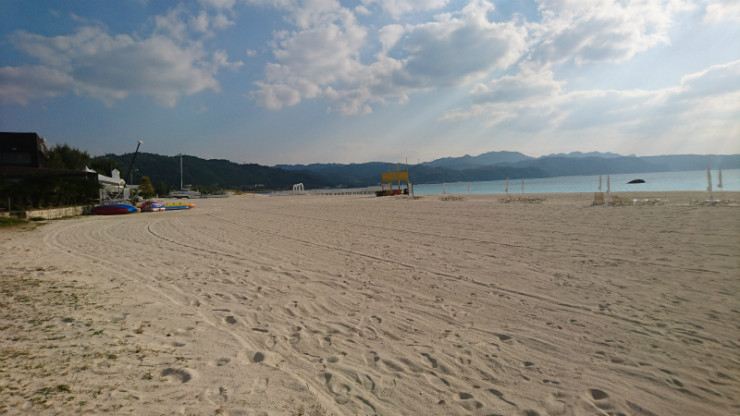 白い砂浜は沖縄の財産でも有ります。