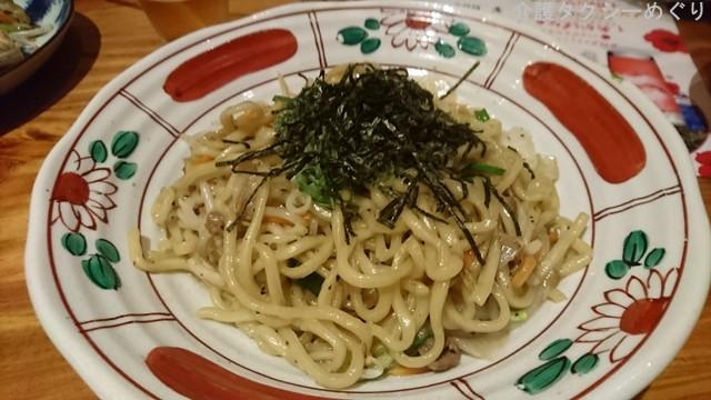 沖縄風焼きそば。ゴマ味が効いていて美味!