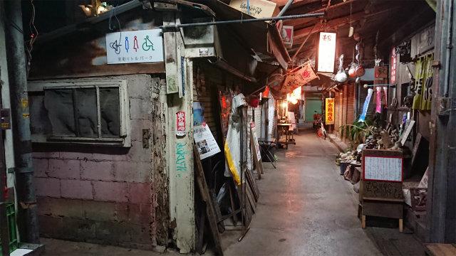栄町商店街・夜・多目的トイレ入り口