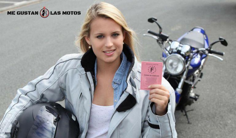 ¿Cómo renovar el carnet de conducir caducado de mi moto?