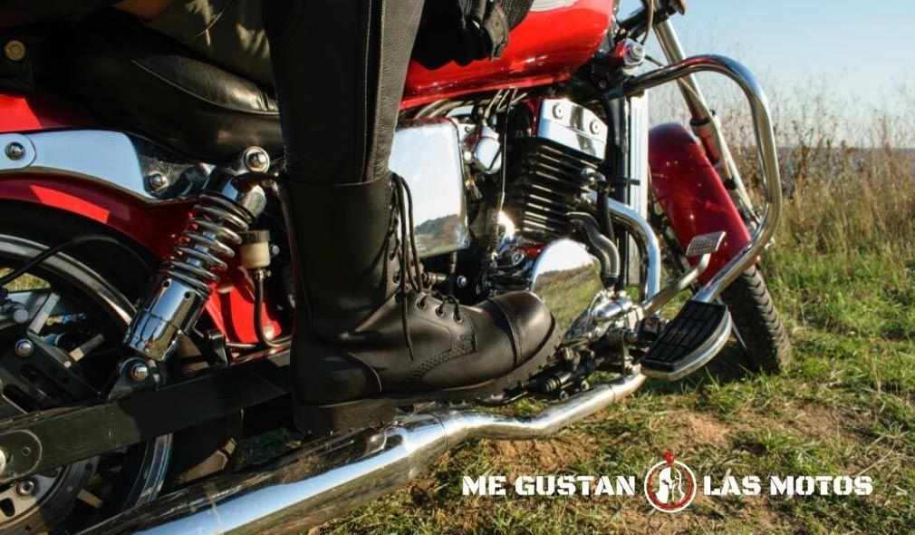 Pasa la pierna por encima de la moto y familiarízate