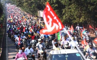 विजाग स्टील प्लांट के निजीकरण के खिलाफ श्रमिक आंदोलन तेज, निकाली पदयात्रा