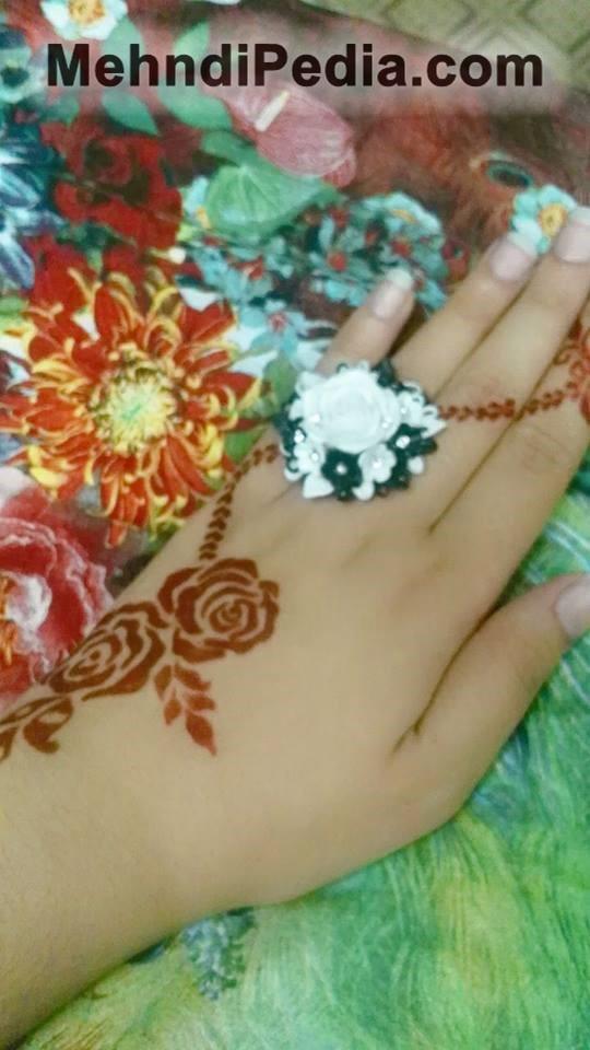 Simple Mehandi design for left hand