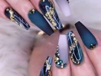 Carefully Glittered Short Nails