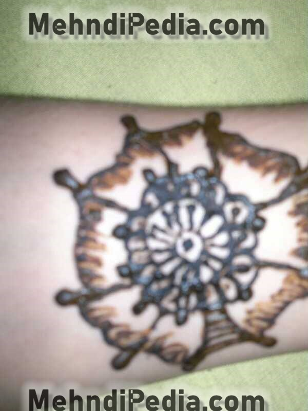 amazing circle mehndi designs for arm bazu or bazo