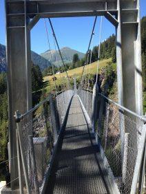 Die längste Fußgänger-Hängebrücke Österreichs oberhalb des Simms-Wasserfalls